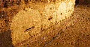 Piedras redondas en los muros de Sevilla