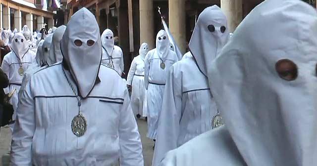Cofrades en la procesión de la Virgen de la Piedad en Medina de Rioseco